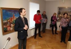 Näituse kuraator Eero Epner maaliklassikat tutvustamas.