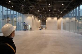 Klaasist seintega ruum, kus hakkab tegusema moodne restoran-kohvik.