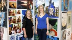Tartu kaubamajas saab 16. juunini näha näitust, kus on väljas kunstigümnaasiumi õpilaste tööd läbi aegade. Tänavused kunstiklassi lõpetajad Karolin Viilukas ja Tairi Kollo.