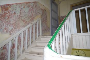 Trepikoja seintel kooruvad välja eri ajastute kihid.