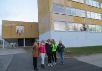 """""""Meile meeldib meie kool, õpime kõiki aineid eesti keeles,"""" ütlevad Tartu Annelinna gümnaasiumi 7.klassi õpilased Kelly, Katja, Nastja, Elizabeth ja Veronika. Foto: Sirje Pärismaa"""