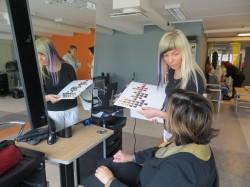 Juuksuri õppesalongis harjutavad kätt juuksuri eriala 1. kursuse õpilased.