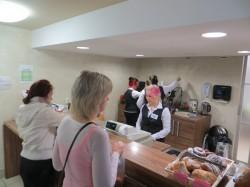 Õpperestorani teenindusleti taga on ametis koka eriala 2. kursuse õpilased.