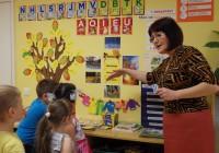 Tapa Vikerkaare lasteaias on keelekümbluse põhimõtted ammu kasutusel. Osa koolieelikuid loeb ja kirjutab juba sügisel kahes keeles. Foto: Tapa Vikerkaare lasteaed