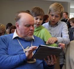 Õpetaja Petri Asperki arvutitund. Hätta jäänud õppijale, psühholoog Voldemar Kolgale ruttas appi koguni kaks lapsõpetajat korraga.
