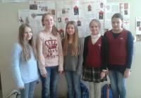 5a tüdrukud plakatite stendi ees