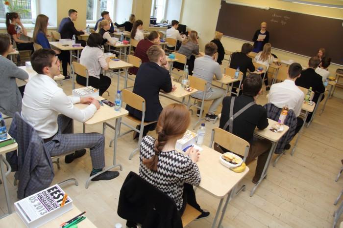 Tallinna kesklinna kolm kooli teevad riigieksamite osas koostööd. Eesti keele riigieksamit kirjutasid 25. aprillil Gustav Adolfi gümnaasiumis ka 21. kooli ja reaalkooli abituriendid. GAG-i majas oli riigieksamiks sobiv vaikne ja rahulik õhkkond, sest ülejäänud klassid oli seoses projektipäevaga majast väljas. Inglise keele riigieksamit teeb kolm kooli koos 21. koolis ja matemaatikat reaalkoolis. Foto: Raivo Juurak