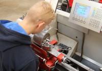 Tööstuserialasid õppiv noor peab töötama täpsusega 0,01 mm.  Foto: Raivo Juurak