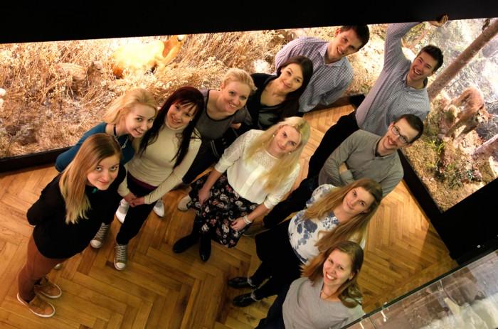 Teise aasta üliõpilased TÜ loodusmuuseumis. Neiud (vasakult): Kirstin Karis, Ilona Leek, Maia-Liisa Suigusaar, Sofya Tsyrulnikova, Kertu Kuusksalu, Helen Semilarski, Helin Semilarski, Kadri Mardo. Noormehed (vasakult): Allar Nirk, Eerik Säre, Kristjan Rea. Foto: Moonika Teppo