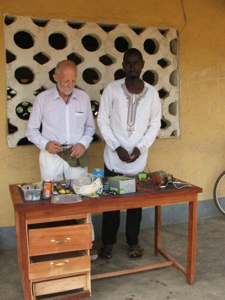 Kuna vahetund oli Ghana koolides lühike, tuli tõsta õpetajalaud koos tunnis kasutatud vahenditega klassist välja, et need siis seljakotti pakkida ja seejärel jalgrattaga järgmisse kooli uhada. Seal lapsed juba ootasid. Foto: Erakogu