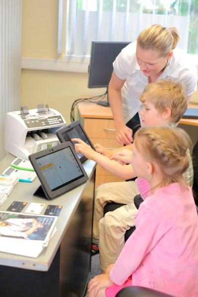 Ettevõtlusmäng on Lõuna- ja Kesk-Eesti koolides juba kanda kinnitanud. Paari aastaga on ettevõtlusküla meeskond koolist kooli käies jõudnud rohkem kui 2000 õpilaseni. Foto: Talis Taim