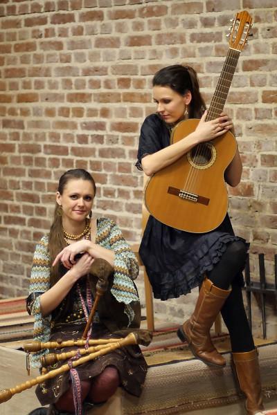 Õed Anu (paremal) ja Triinu Taul on valinud muusikas kumbki oma tee, aga seda enam meeldib neile aeg-ajalt koos laulda. Foto: Andrus Taul