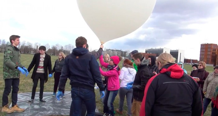 Eelmisel aastal lennutati Tartu ülikooli füüsikahoone katuselt kõrgustesse ilmapall, mis koosnes suurest õhupallist, langevarjust, reflektorist, lastist ning nöörijupist, mis kõike koos hoidis. Foto: Erakogu