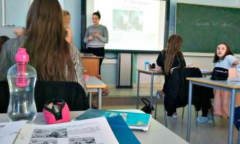 Mu klassiõde Lisa näitas meie õpetajale telefonist, kuidas Snapchati filtrid töötavad. Foto: Merilin Raidmets