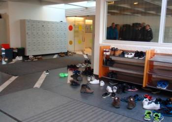 Jalatsitega pikitud koolifuajee.