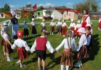 Jänesselja lasteaia 2013. aasta laulu- ja tantsupidu meenutatakse praeguseni. Selle aasta pidu toimub 31. mail ning on pühendatud merekultuuri aastale ja lasteaia 40. sünnipäevale. Mis saab sellistest toredatest pidudest siis, kui leitakse, et muusika- ja liikumisõpetajat lasteaias enam tingimata olema ei peagi?  Foto: Jänesselja lasteaed