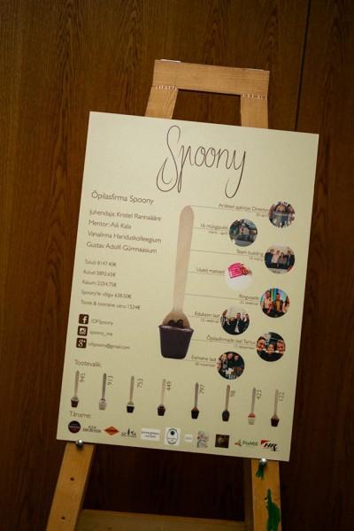 Spoony plakat, kus on kirjas ka nende võidule kaasa aidanud majandustulemused.
