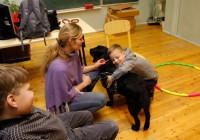 Loomadega saab ehedust ja elulisust koolitundi tuua, arvab koolipsühholoog ja loomaterapeut Kristi Raava,  kaheksa-aastase Labradori retriiveri Rosina perenaine. Foto: erakogu