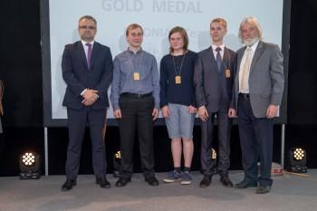 HTM-i kantsler Janar Holm, Richard Luhtaru (Tartu MHG.), Kaarel Hänni (Tallinna reaalkool), Karl Paul Parmakson (Tartu MHG) ja EUSO president Michael Cotter (Iirimaa).