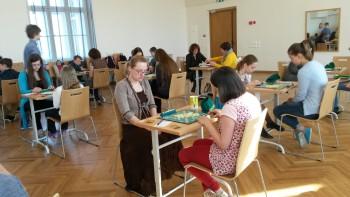 Fotol esiplaanil käsitööõpetaja Miia Lõhmus, tema vastaseks Mari Kiiver 5.b klassist. Foto: Külliki Kask.