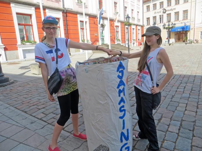 Masingu kooli õpilased Elis ja Carmen Ajamasingu orienteerumispäeval Raekoja platsil. Foto: Sirje Pärismaa