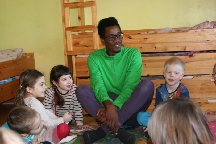 Tallinna Kullerkupu lasteaia vabatahtlik Malela Idjabe Makuale jõudis Muumide rühma lastega teha aasta jooksul palju põnevat. Ta sai lastega suurepärase klapi ja nad kiindusid temasse väga. Foto: Tallinna Kullerkupu lasteaed