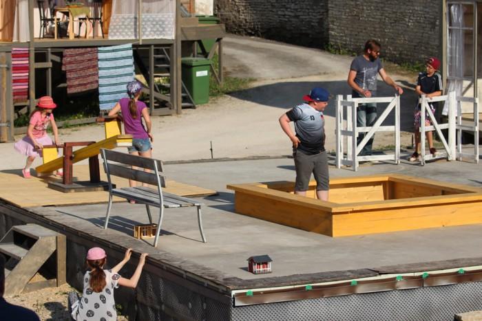 """Lavastaja Raivo Trass laseb lastel möllata. Hetk lavastuse """"Maailma otsas"""" proovist. Foto: Mari Rohtla"""