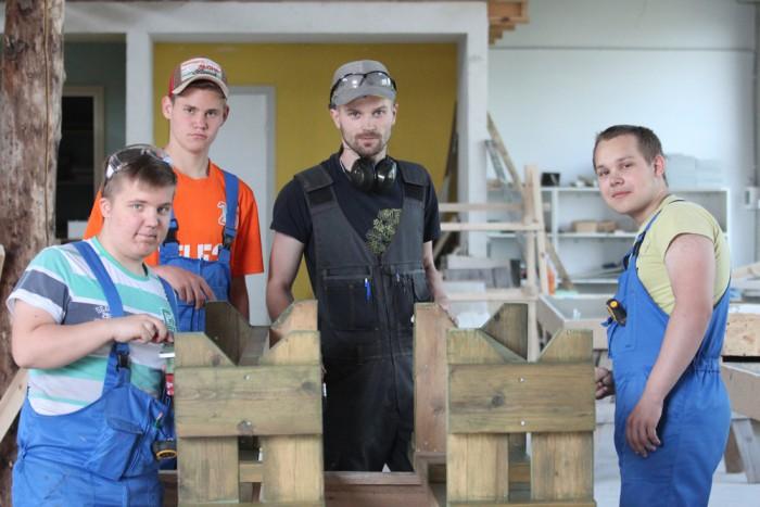 Rakvere ametikooli õpetaja Raiko Kaasik ja tulevased ehituspuusepad rõõmustavad uute ja huvitavate väljakutsete üle. Foto: Mari Rohtla