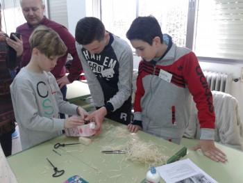 Romeo-Rasmus ehitab töötoas koos Rumeenia poistega putukate hotelli. Foto: Kirsti Kadaja-Prodanets