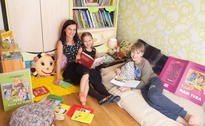 """Lugemisnõustaja Maili Liinev leiab, et iga laps jõuab lugemise juurde omal ajal ja viisil, nii ka tema lapsed. """"Oluline on aktsepteerida, et lapsed on erinevad, ja saada üle hirmust. Laps loeb nii hästi, kui ta parajasti suudab."""" Foto: Hele-Mai Alamaa / Pere ja Kodu"""