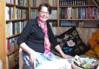 Helga Koger räägib, et ta on kogu elu näputööd teinud ega oskagi istuda, kaks kätt süles. Oma oskusi ja kogemusi jagab ta käsitööraamatutes. Foto: Tiina Vapper