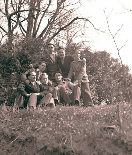 Koos koolivendadega 1947 .aasta kevadel kooli lõpetamise päeval Tartu ülikooli botaanikaaias. Jaan Einasto on lipsuga noormees tagumises reas keskel.
