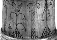 """Eesti õllekannu küljekaunistus, tõenäoliselt 18. sajand. Igatahes kuulub ka kukk vabamüürlikku sümboolikasse – vabamüürlaste kukk istub taassündi, igavest elu ja hinge surematust sümboliseerival akaatsiaoksal. Kristlikus sümboolikas sai kukest Kristuse võrdkuju, kes annab uuel armupäeval koita. Rooma katakombides, räägitakse, olnud kuke kujutiste kõrval tekst """"in pace"""", millega tahetud öelda, et puhka rahus, kuni Kristus äratab sind igavesse valgusse."""