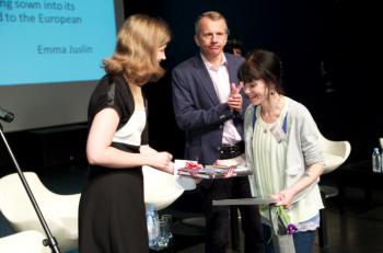 Arvamuslugude võistluse võitja Emma Juslini autasustamine Auhinna annavad üle haridus- ja teadusminister Jürgen Ligi ning Norra suursaadik Ellen Aabø. Foto: Andres Tennus.
