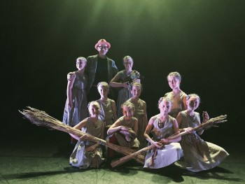 Tantsuklubi Koit valikrühm pärast esinemist festivali kunstilise juhi Jormo Uotineniga. Foto: tantsuklubi Koit.