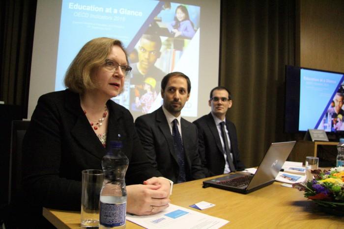 """Minister Maris Lauri, OECD statistik Simon Normandeau ja OECD analüütik Daniel Sanchez Serra Tõnismäel OECD uuringu """"Education at a Glance"""" esitlusel. Foto: Raivo Juurak"""
