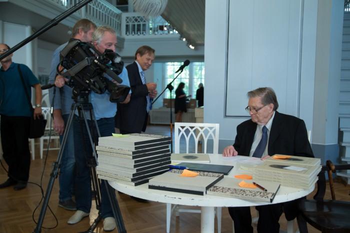 Tullio Ilomets oli oma raamatu esitlusel kaamerate piiramisrõngas. Foto: Andres Tennus / TÜ