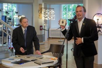 TÜ õppeprorektor Mart Noorma kinkis Tullio Ilometsale plaadi, kuhu multimeediatalitus oli kogunud temast fotosid läbi aastakümnete. Foto: Andres Tennus / TÜ