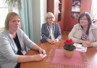 Ristiku koolis avati väikeklassid rühmaõppe nime all 1997. aastal. Direktor Katrin Luhaäär (keskel), HEV-koordinaator ja õppealajuhataja metoodika alal Ruuda Lind (paremal) ning õppealajuhataja õppekorralduse alal Kairit Seenmaa (vasakul) on ühte meelt, et igale lapsele tuleb leida just talle sobivaim õppeviis. Foto: Tiina Vapper