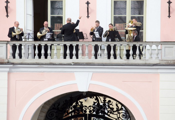 Mullune Muusikapäev viis ERSO pillimehed musitseerima Toompea lossi rõdule. Foto: Peeter Langovits