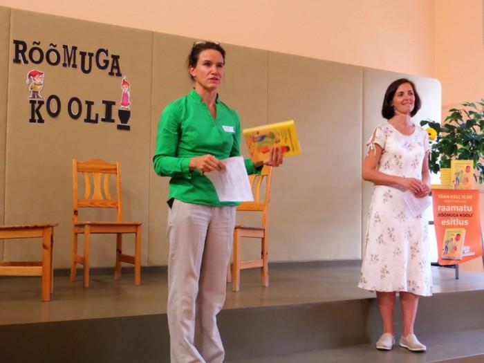 Aune Valk ja Kristel Ress tutvustamas rõõmuga kooli mineku käsiraamatut. Foto: Sirje Pärismaa