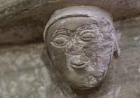 Karja kirikus kivisse raiutud naisekujud, saladuslik naeratus huulil. Näib väga, et tema teab rohkemat kui mõnigi meesterahvas. Detailid põhjaseina konsoolilt ja triumfikaare baasilt.