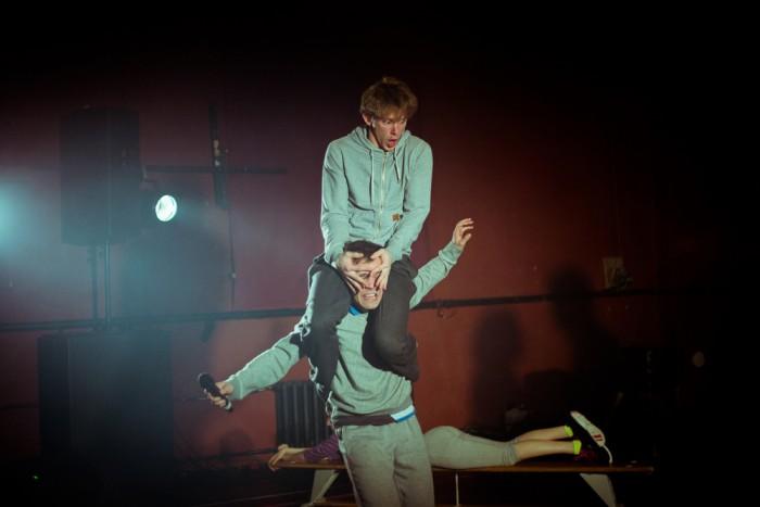 """""""Kuni oleme näitlejatena ise ka noored, on meil võimalus olla noortega nii-öelda sina peal,"""" usub Silver Kaljula. Fotol istub ta Musta Kasti lavastuses """"Jõud"""" Kaarel Targo kukil. Foto: Ruudu Rahumaru"""