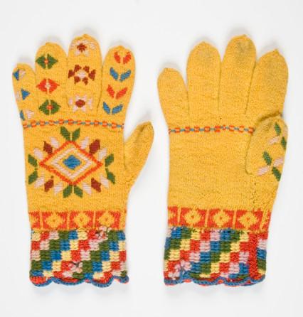 Roositud sõrmkindad. Valmistatud Tarvastu kihelkonnas, Üsalohu talus 1869. aastal. Eesti Rahva Muuseumi kogu
