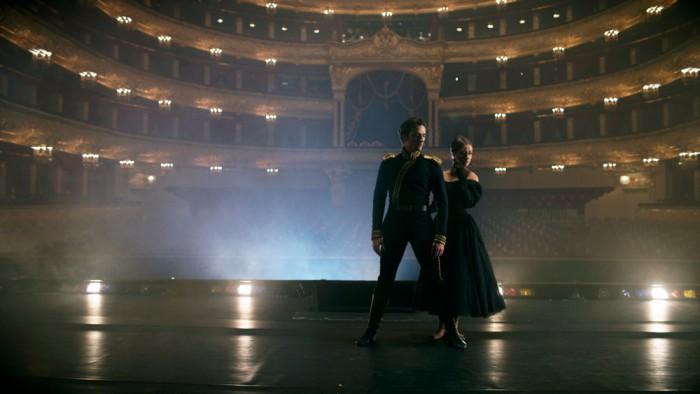 """Stseen Ruslan Skvortsovi ja Kristina Kretovaga Moskva Suure Teatri balletist """"Meie aja kangelane"""". Foto: PathÉ Live, Pierce Jackson"""