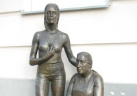 """Mare Mikoffi ema ja tütart kujutav skulptuur """"Maanaised""""  Tartu Raekojaplatsil. Foto: Merili Metsvahi"""