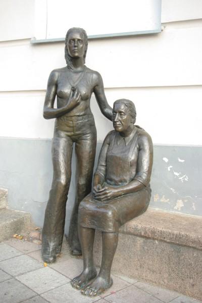 """Mare Mikoffi ema ja tütart kujutav skulptuur """"Maanaised"""" Tartu Raekoja platsil. Foto: Merili Metsvahi"""