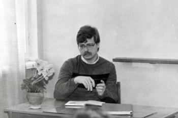 Ajalooõpetaja Tõnu Tannberg Puka keskkoolis ajalootunnis 1989.aastal. Foto: erakogu