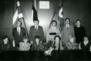 Jõhvi linnavalitsuse esimene foto 1992, Vallo Reimaa tagareas vasakult esimene). Foto: erakogu