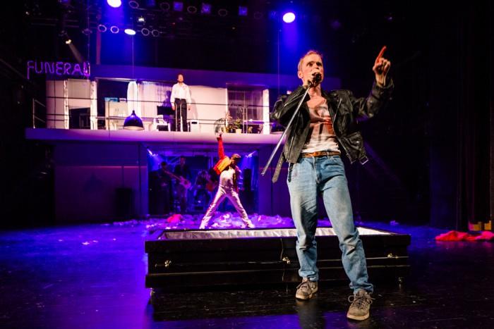 """Ben (Kristo Viiding), tema iidol Freddie (Jüri Tiidus) ning londonlane Harry (Ivo Uukkivi) lavastuses """"Väljaheitmine"""". Foto: Maris Tomba"""